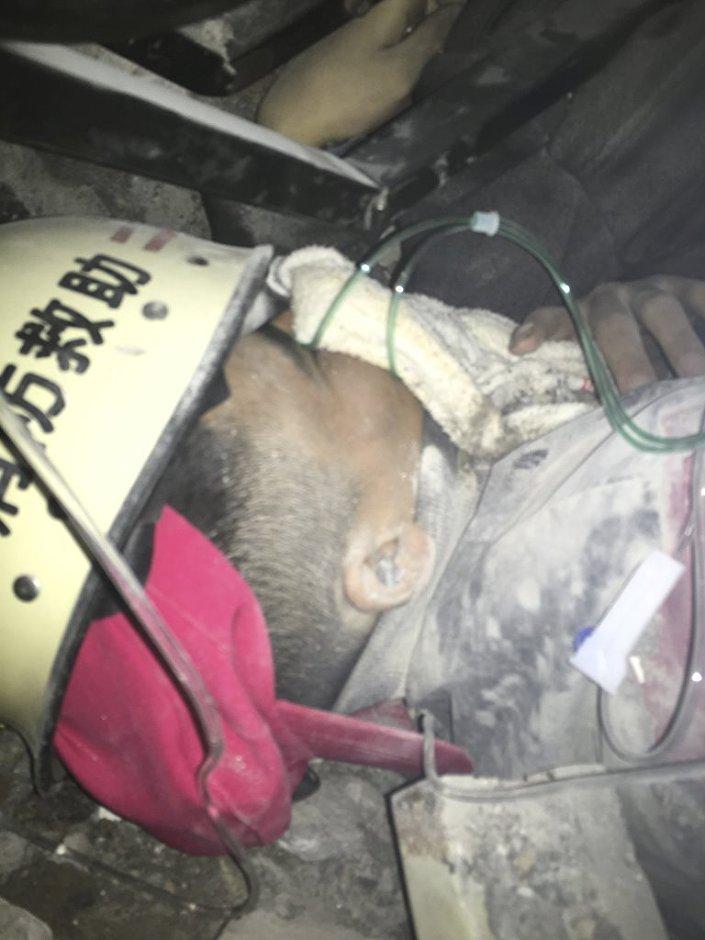 Uzun süre karanlıkta kaldığı için günışığından etkilenmesin diye gözüne beyaz bez bağlanan ve oksijen desteği verilen Tien'in yaşı başta 19 olarak açıklandı. Ancak CCTV News yaşı 19 değil 21 olarak verdi.