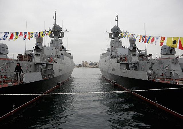 Rusya'nın Zelyonıy Dol ve Serpuhov isimli gemileri