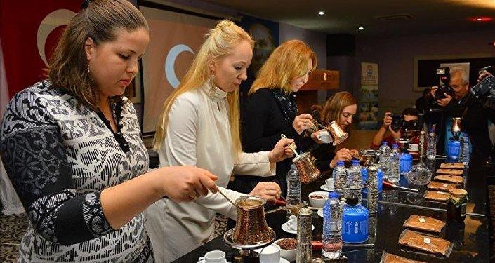 Rus gelinler 'En iyi Türk kahvesi'ni yapmak için yarıştı