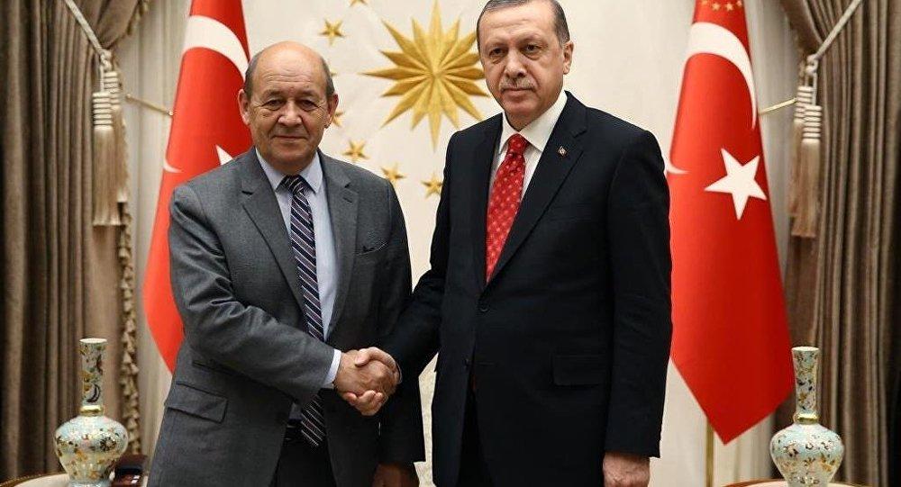 Cumhurbaşkanı Recep Tayyip Erdoğan, Fransa Savunma Bakanı Jean Yves Le Drian'ı Cumhurbaşkanlığı Külliyesi'nde kabul etti.