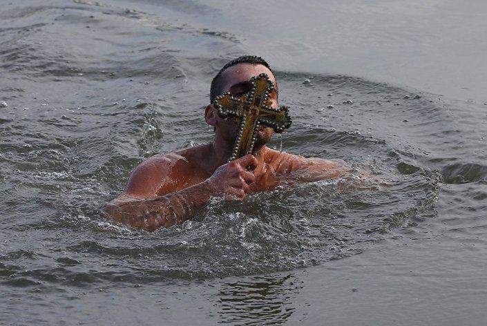 Bartholomeos'un denize attığı haçı, Yunanistan'dan gelen Nikos Solis çıkardı.