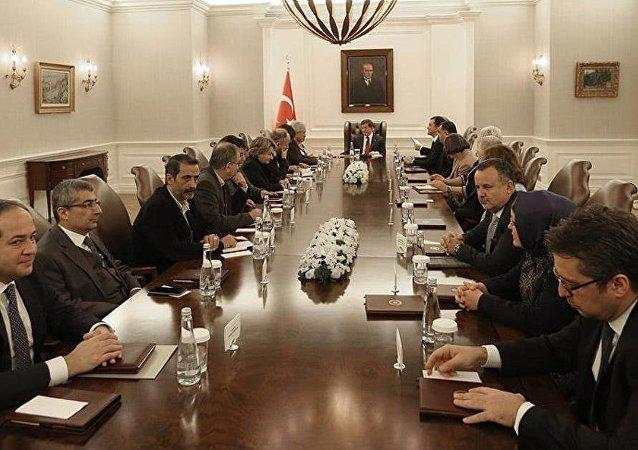 Davutoğlu aydınlar ve STK temsilcileriyle görüştü