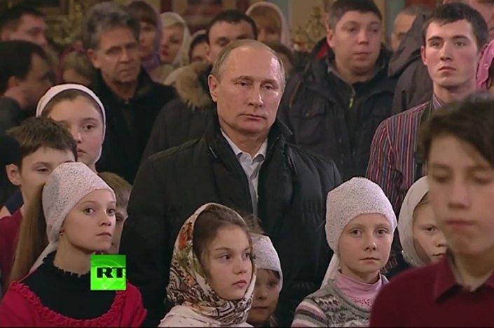 Rusya Devlet Başkanı Vladimir Putin, ayin sırasında köy okulu öğrencilerinin yanında durdu.