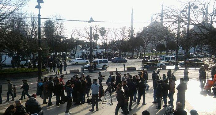 İstanbul'un turistik yerlerinden Sultanahmet'te bugün meydana gelen patlamada 10 kişi öldü, 15 kişi yaralandı. Cumhurbaşkanı Erdoğan, Saldırı Suriye kökenli bir canlı bomba tarafından gerçekleştirildi dedi.