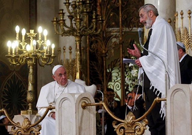 Papa Francis sinagogda