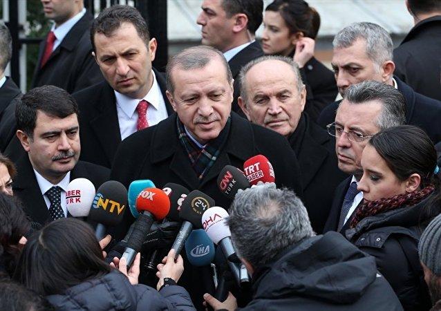 Cumhurbaşkanı Recep Tayyip Erdoğan, cuma namazını Üsküdar'daki Akabe Camisi'nde kıldı.