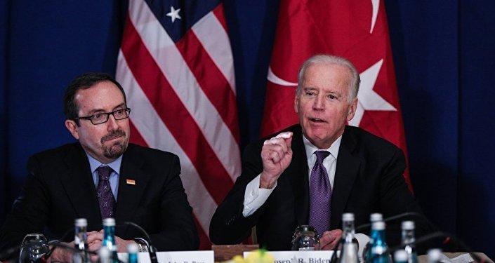 Amerika Birleşik Devletleri (ABD) Başkan Yardımcısı Joe Biden (sağda), Conrad Otel'de sivil toplum kuruluşu temsilcileriyle görüştü. Toplantıda ABD'nin Ankara Büyükelçisi John Bass da (solda) yer aldı.