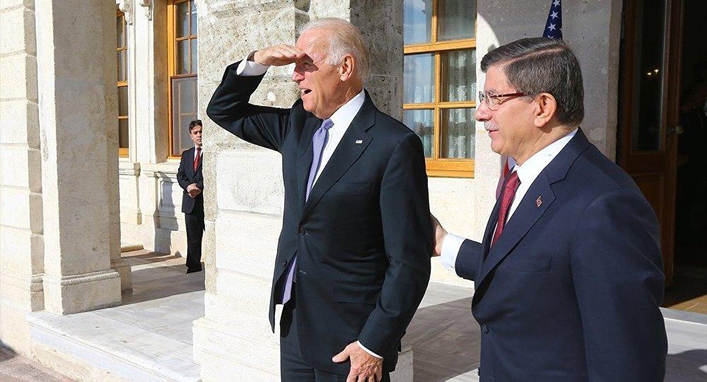 Başbakan Ahmet Davutoğlu ile ABD Başkan Yardımcısı Joe Biden (solda), Dolmabahçe'deki Başbakanlık Çalışma Ofisi'nde bir araya geldi.