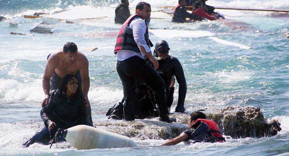 Nisan 2015'te Rodos açıklarında parçalanan sığınmacı teknesindeki hamile bir kadını kurtaran Antonis Deligiorgis, bu fotoğrafla hafızalara kazınmıştı.