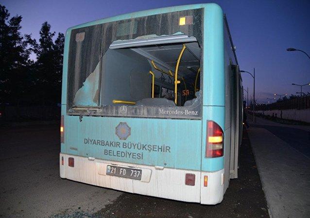Diyarbakır'da, yolcuları da olan 2 belediye otobüsü kurşunlandı  Tamamını oku.