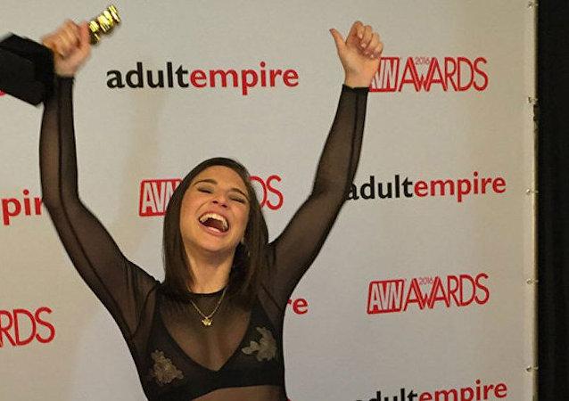 AVN Ödül Töreni'nde 'en iyi genç yıldız' ödülünü alan Abella Danger.