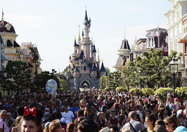 Paris'teki Disneyland'de silahlı bir kişi gözaltına alındı