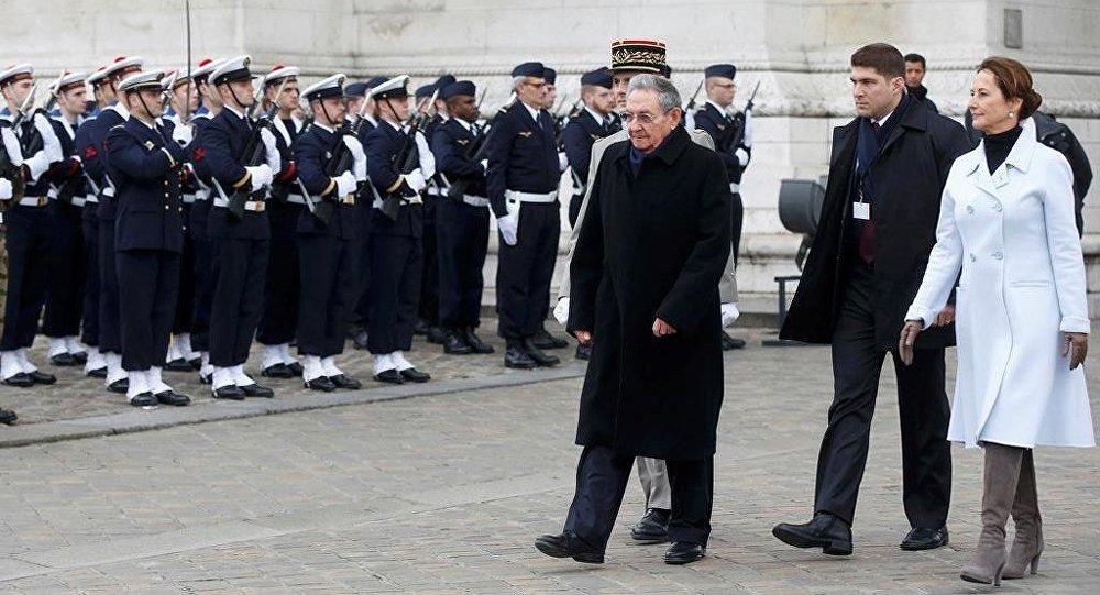Küba Devlet Başkanı Raul Castro, Fransa ziyaretinde İsimsiz Asker Anıtı'nda düzenlenen törene katıldı.