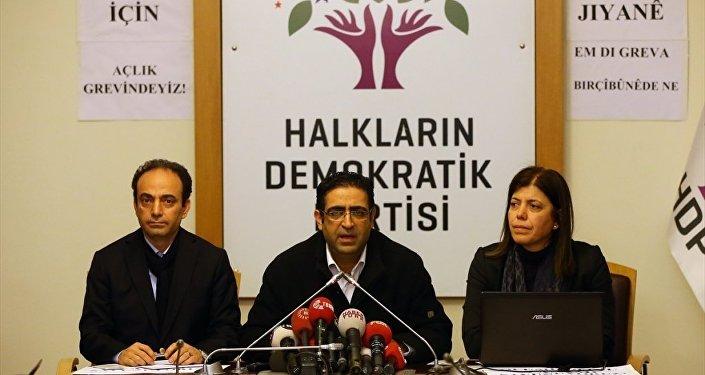 HDP Grup Başkanvekili İdris Baluken (ortada), HDP Adana Milletvekili Meral Danış Beştaş (sağda) ve HDP Şanlıurfa Milletvekili Osman Baydemir (solda), HDP Grup Toplantı Salonunda basın toplantısı düzenledi.