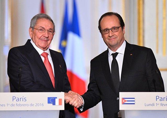 Fransız Cumhurbaşkanı François Hollande (sağda) Başkent Paris'teki Elysee Sarayı'nda Küba Devlet Başkanı Raul Castro (solda) ile bir araya geldi. İkili görüşmenin ardından ortak basın toplantısı düzenledi.