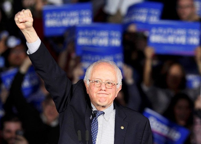 Sonucu sağ yumruğunu havaya kaldırarak kutlayan Sanders, Iowa'nın bugün başlattığı şeyin adının siyasi devrim olduğunu söyledi.