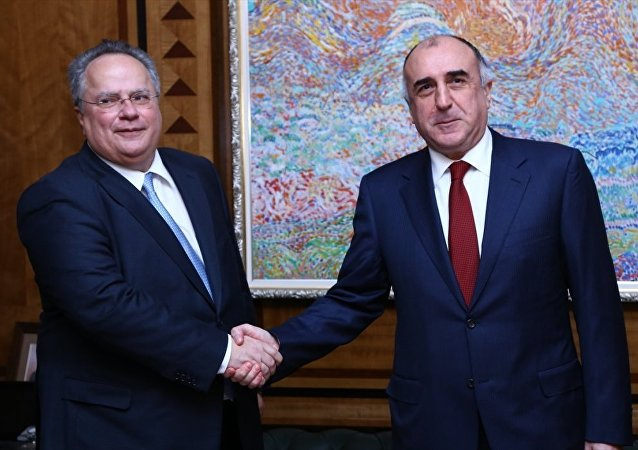 Azerbaycan Dışişleri Bakanı Elmar Memmedyarov (sağda),resmi temaslarda bulunmak üzere Azerbaycan'a gelen Yunanistan Dışişleri Bakanı Nikos Kotzias (solda) ile görüştü.