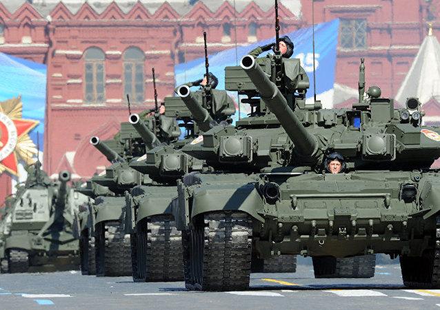 Rusya'nın T-90 tankları Kızıl Meydan'da.