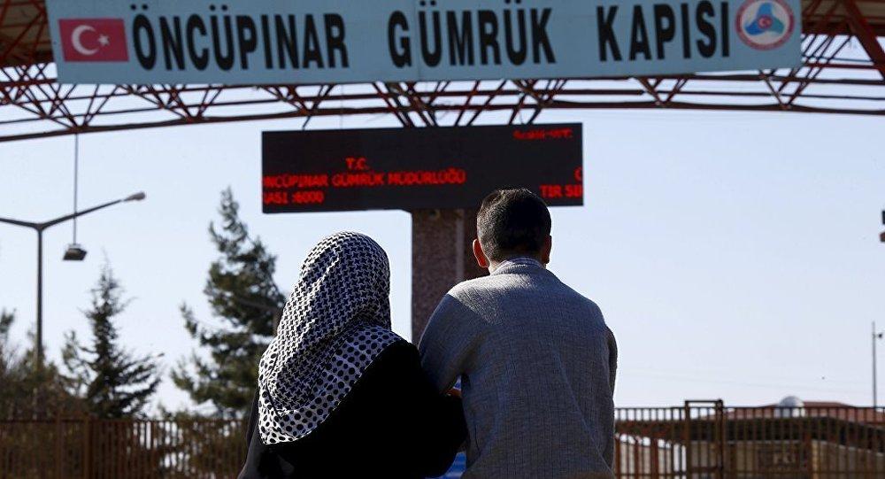 Öncüpınar Sınır Kapısı'nda yakınlarını bekleyen Suriyeliler
