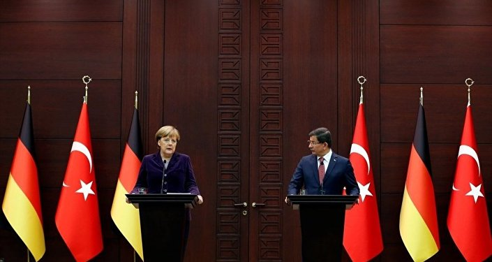 Başbakan Ahmet Davutoğlu, resmi ziyaret için Türkiye'de bulunan Almanya Başbakanı Angela Merkel ile Çankaya Köşkü'nde bir araya geldi.
