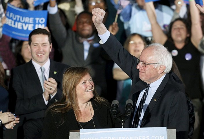 """İlk galibiyetini yine sağ yumruğunu havaya kaldırarak kutlayan Sanders, """"Bugün Wall Street'ten Washington'a, Maine'den California'ya kadar her yerde yankılanacak bir mesaj gönderdik: Büyük devletimizin hükümeti yalnızca bir avuç dolusu zengin kampanya destekçilerine değil tüm insanlara aittir"""" ifadelerini kullandı."""