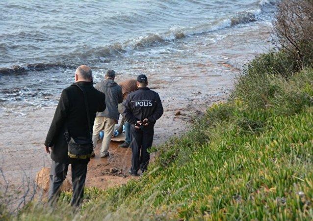 Didim ilçesi sahilinde, Yunanistan adalarına geçmeye çalışan sığınmacılardan olduğu değerlendirilen 8 yaşlarında bir kız çocuğuna ait ceset bulundu.