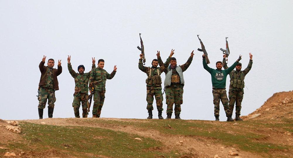Halep'in kuzeyindeki Kiffin kasabasını geri alan Suriye ordusu askerleri