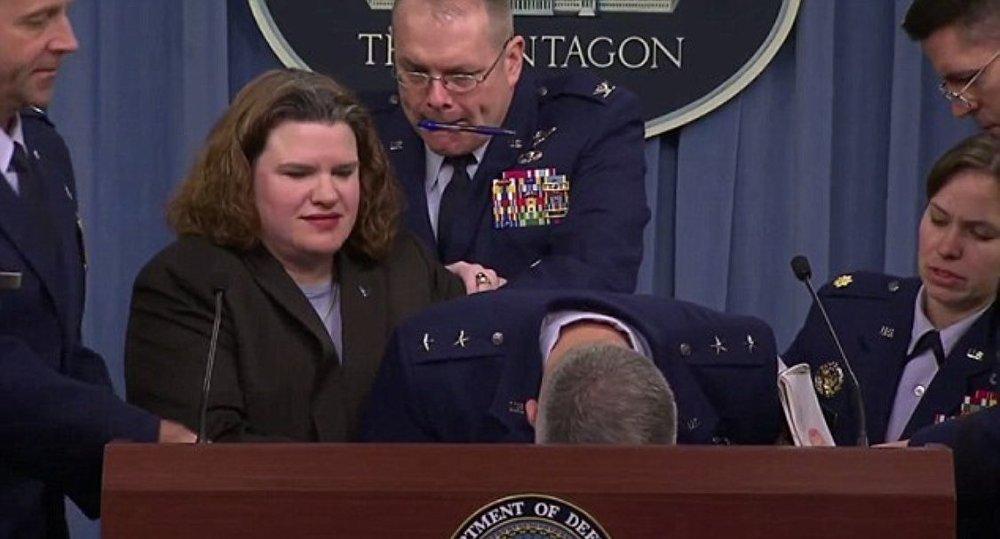 ABD'li komutan canlı yayında bayıldı