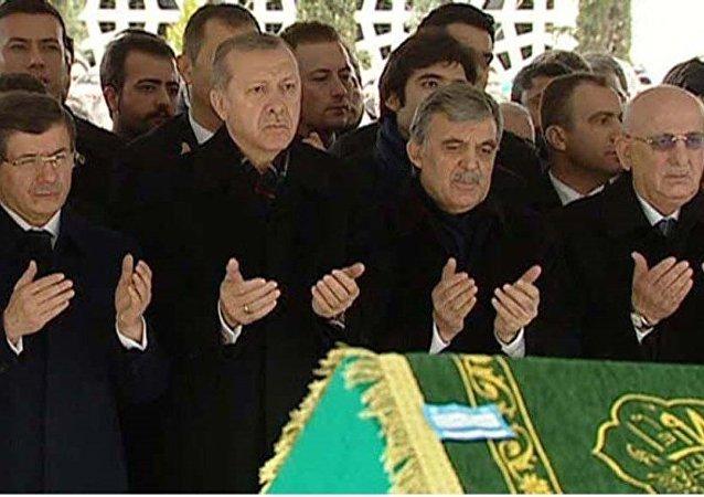 Cumhurbaşkanı Abdullah Gül'ün kayınpederi Ahmet Özyurt, İstanbul'da toprağa verildi.