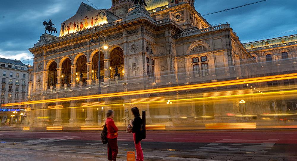 Viyana Devlet Operası önündeki durakta tramvay bekleyen kadınlar