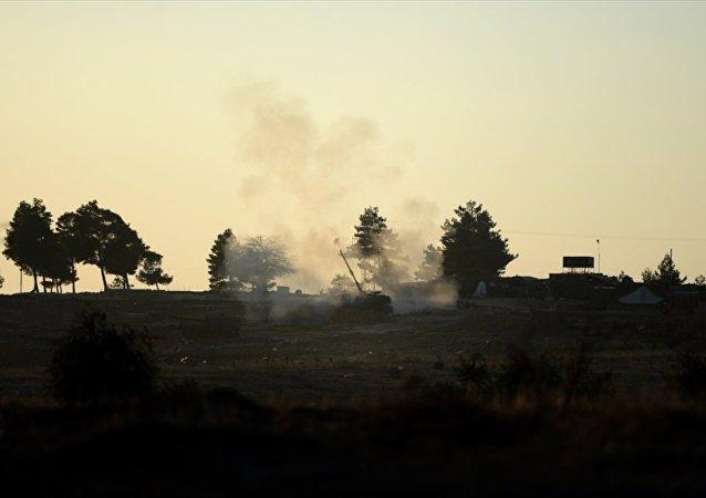 Türk Silahlı Kuvvetleri'nin (TSK) Kilis sınır hattında konuşlu birliklerinden Fırtına obüsleriyle, Halep'e bağlı Azez ilçesindeki PYD hedeflerine gerçekleştirilen top atışları devam ediyor.