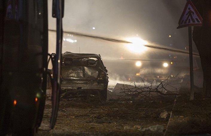Ankara Valisi Mehmet Kılıçlar, askeri servis konvoyunda patlama meydana geldiğini, ilk belirlemelere göre 5 kişinin hayatını kaybettiğini, 10 kişinin yaralandığını, patlamanın bomba yüklü araçla gerçekleştirildiğinin tahmin edildiğini söyledi.