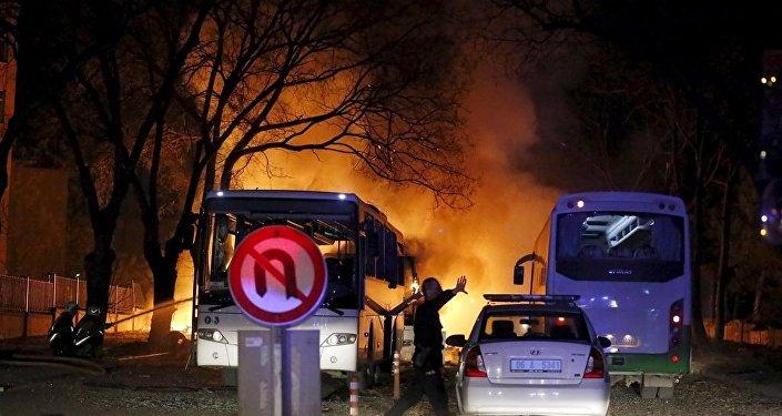 Ankara'da Eskişehir yolu üzerindeki general lojmanlarının nizamiye giriş kapısında, TSK personelinin çıkışı esnasında servislere yönelik bombalı araçla saldırı düzenlendi.