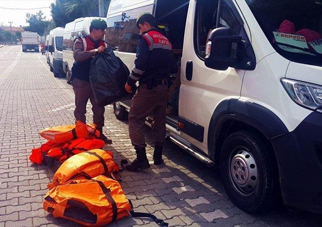 Balıkesir'in Edremit ilçesinde yasa dışı yollardan Avrupa ülkelerine gitmeye hazırlanan 158 yabancı uyruklu yakalandı.