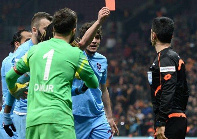 Maçın ardından basın toplantısı düzenleyen Trabzonspor Başkanı Muharrem Usta şunları söyledi: Futbolun değişmeye ihtiyaç olduğu bir süreçten geçiyoruz. Çok ağır ifadeler kullanılabilir elbette ama bu ülkede ağır ifadeler bir şeyler değiştirmiyor. En hafif tabiriyle bu gece 'utanç gecesi.' Muhatap hakem değildir. TFF ve MHK'dir. BBC, L'Equipe, Bild, The Sun, Daily Mail tüm gazeteler Salih Dursun'u yazıyor. Ben MHK ve TFF'ye sesleniyorum. Türkiye'yi dünyaya rezil etmeyi nasıl becerebiliyorsunuz? (Taraftarlara) Bugün dönüşümün günüdür. Siz bunun mimarı olacaksınız.