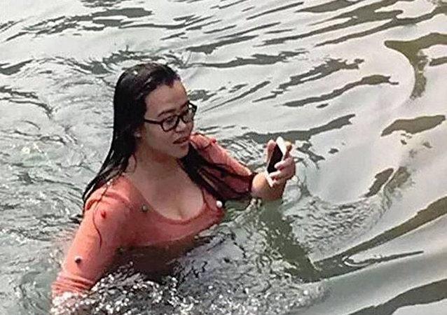 Çin'de bir kadın, telefonunu kurtarmak için buz gibi göle atladı
