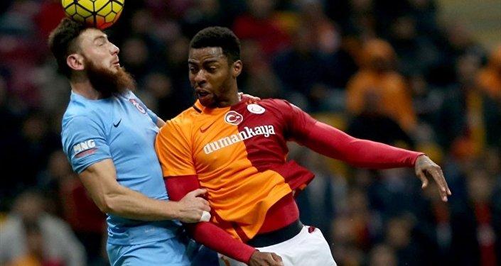 Spor Toto Süper Lig'de Galatasaray ile Trabzonspor takımları karşı karşıya geldi. Bir pozisyonda Galatasaraylı oyuncu Donk rakibi Aykut Demir (4) ile mücadele etti.