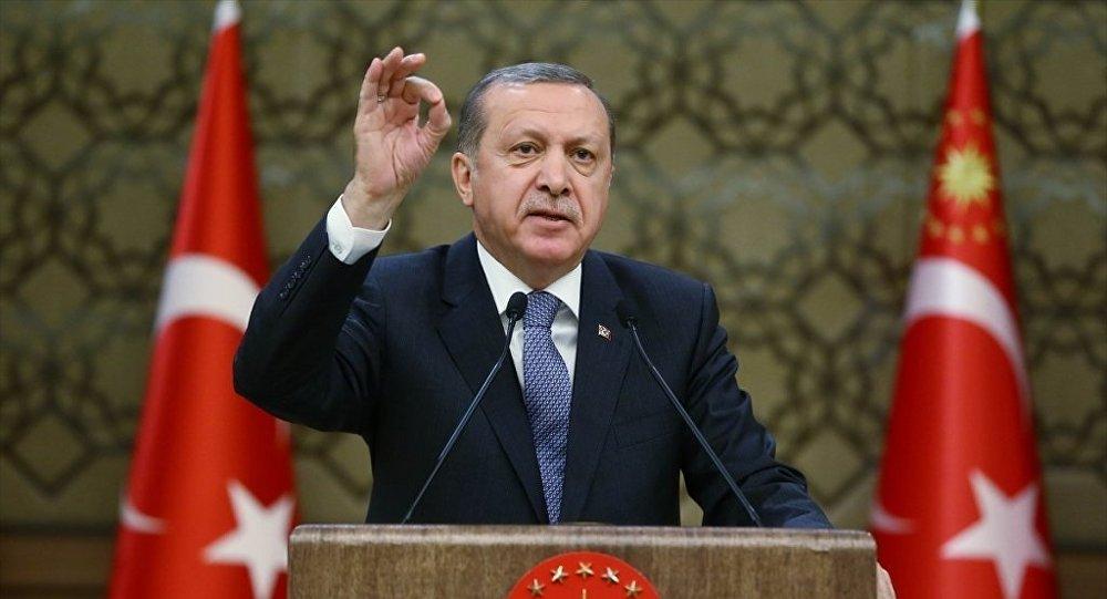 Cumhurbaşkanı Recep Tayyip Erdoğan, Cumhurbaşkanlığı Külliyesi'nde Antalya, Amasya, Ankara, Bolu, Gaziantep, İstanbul, Kahramanmaraş, Muğla, Niğde, Sakarya ve Şanlıurfa'dan gelen muhtarlarla bir araya geldi.