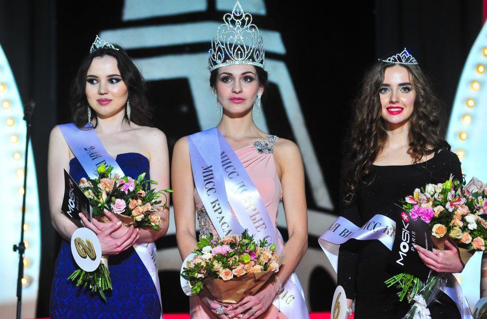 Miss Moscow 2016 birincisi Yelena Petuhova, ikincisi Tatyana Makarova ve üçüncüsü Svetlana Dronova.