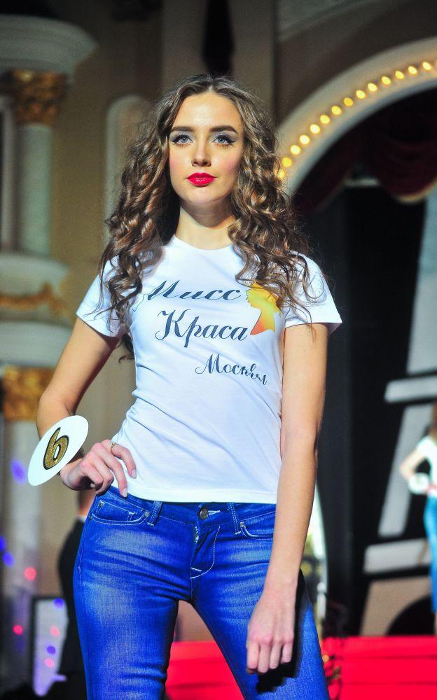 Miss Moscow 2016 ikincisi Tatyana Makarova sahnede.