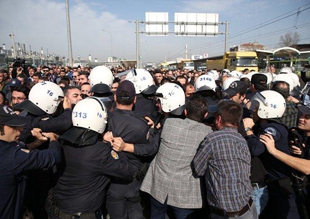 Oyak Renault Fabrikası'nda işten çıkarılan arkadaşlarına destek olmak amacıyla fabrika önünde toplanan Birleşik Metal İş Sendikası üyesi bir grubun Mudanya karayolunu trafiğe kapatmak istemesi üzerine, polis müdahalede bulundu.