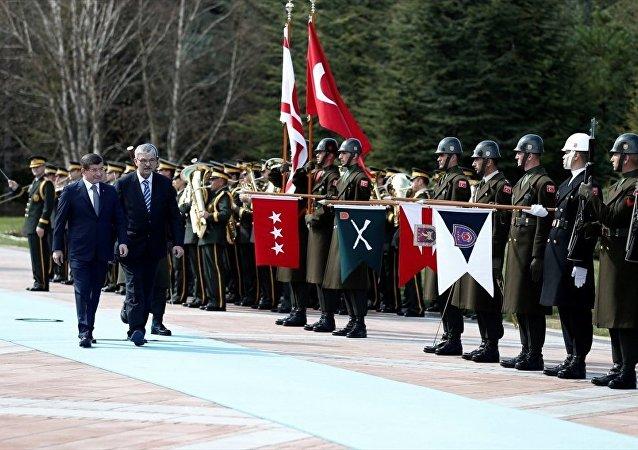 Başbakan Ahmet Davutoğlu, Türkiye'ye resmi ziyarette bulunan Kuzey Kıbrıs Türk Cumhuriyeti (KKTC) Başbakanı Ömer Kalyoncu'yu Çankaya Köşkü'nde resmi törenle karşıladı.