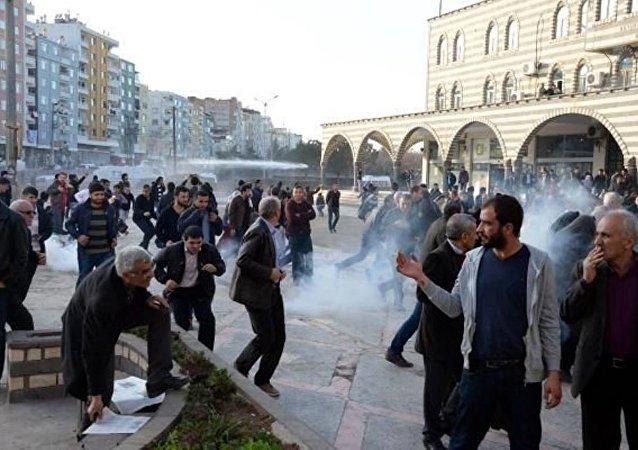Diyarbakır'da güvenlik güçleri, Sur'a girmek isteyenlere müdahalede bulundu.