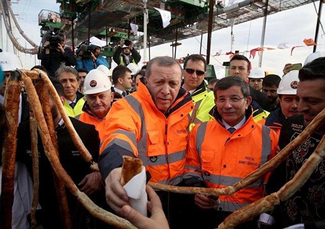 Cumhurbaşkanı Recep Tayyip Erdoğan ve Başbakan Ahmet Davutoğlu, Yavuz Sultan Selim Köprüsü'nde son tabliyenin yerleştirilmesi törenine katıldı. Erdoğan ve Davutoğlu, 3. köprü maketinden yapılan böreği basın mensuplarına dağıttı.