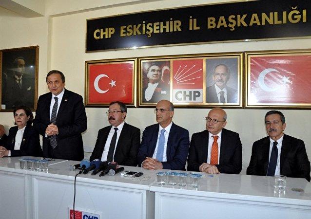 CHP Genel Başkan Yardımcısı Tekin Bingöl ve Seyit Torun (ayakta) CHP Eskişehir İl Başkanlığı'nda basın toplantısı düzenledi.
