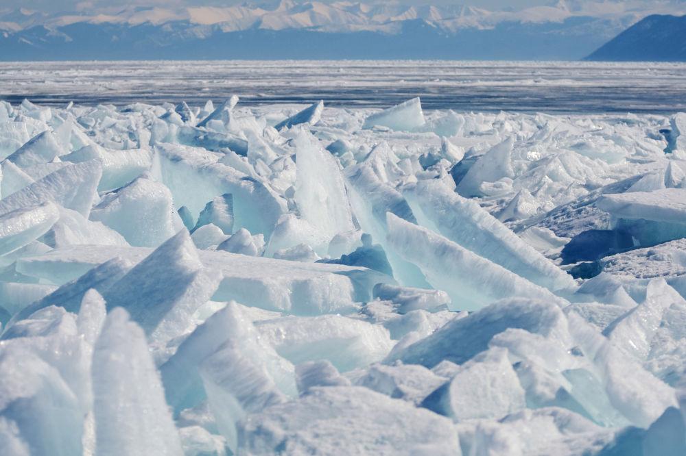 Baykal gölünde buz tepecikleri.