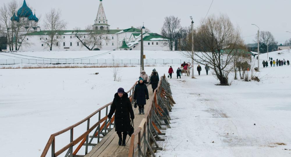 Kamenka nehrindeki yaya köprüsü.