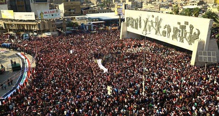 Irak'ın başkenti Bağdat'taki Tahrir Meydanı'nda toplanan binlerce Sadr Hareketi lideri Mukteda es-Sadr yanlısı, ülkede reform talebiyle hükümet karşıtı gösteri düzenledi. Irak bayrakları taşıyan göstericiler, sloganlar attı.