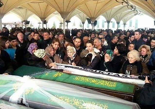 Ankara patlamasında hayatını kaybeden Elvin Buğra Aslan'ın ailesi cenazede hükümete tepki gösterdi.