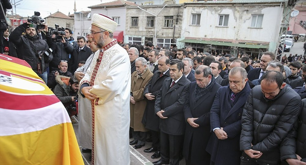 Ankara'daki terör saldırısında hayatını kaybeden Galatasaraylı futbolcu Umut Bulut'un (sağda) babası Kemal Bulut için Kayseri'nin Yeşilhisar ilçesinde cenaze töreni düzenlendi.